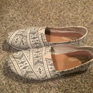 Adorable blk/wht Toms shoes - like new womens sz 9